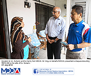 Donation to En. Suhaimi and his family from MDDA
